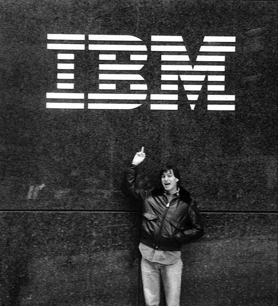 Young Steve Jobs dává IBM prst